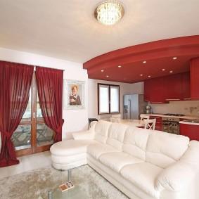 Белый диван в кухне-гостиной