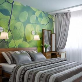 Зеленые фотообои на стене спальной комнаты