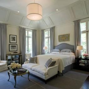 Дымчатые шторы в спальне с высоким потолком