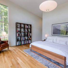 Деревянная кровать на сером ковре