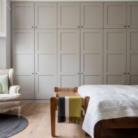 Встроенная мебель в современной спальне