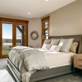 Серая кровать в спальне частного дома