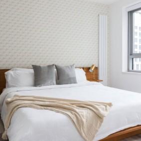Деревянная кровать в белой комнате