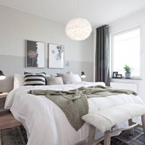Подвесной светильник над широкой кроватью