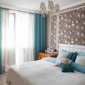 Голубой текстиль в интерьере спальни