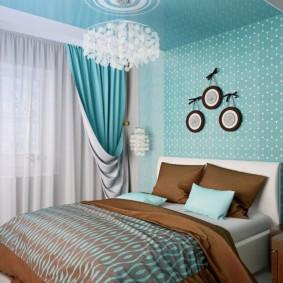 Голубые стены в маленькой спальне