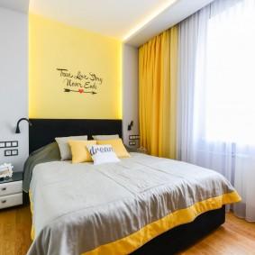 Желтые акценты в небольшой спальне
