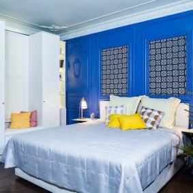 Желтые подушки на кровати родителей