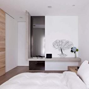 Сдвижная дверь в спальне с белыми стенами