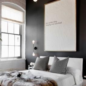 Серые подушки в спальне бз штор на окнах