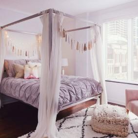 Кровать с балдахином в спальне квартиры