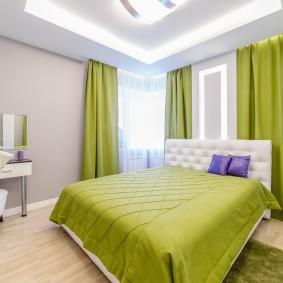 Зеленое покрывало на двухспальной кровати