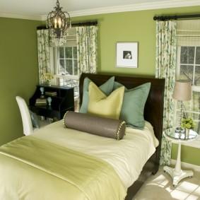 Зеленые стены в спальне загородного дома