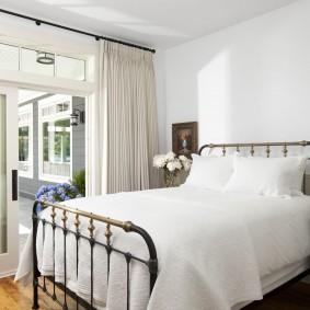 Металлическая кровать в светлой спальне