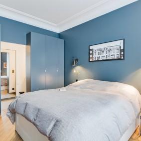 Синие стены в спальне частного дома