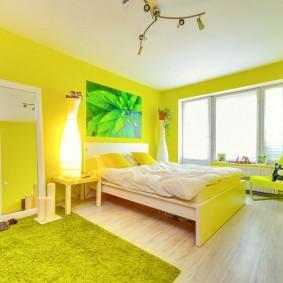 Яркая спальня с желтыми стенами