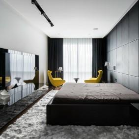 Длинная комната с широкой кроватью