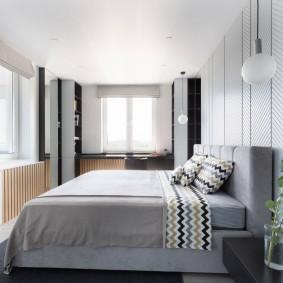 интерьер угловой спальни с двумя окнами