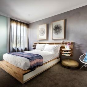 Коричневый пол в спальне среднего размера