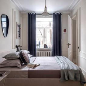 Темные шторы на окне спальной комнаты