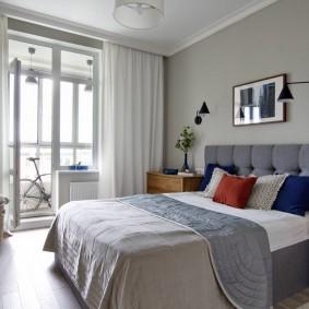 Светлые занавески на окне спальни с балконом