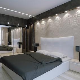 Белое изголовье кровати в спальне с темными стенами