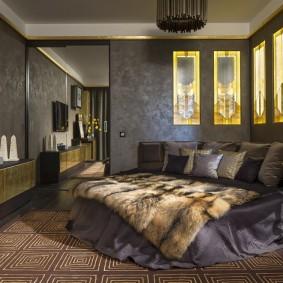 Декоративные ниши в стене темной спальни