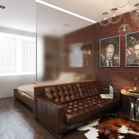 Стеклянная перегородка за кожаным диваном