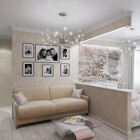 Декор семейными фото стены над диваном