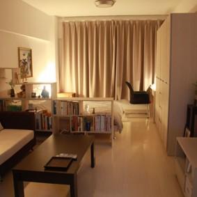 Коричневые шторы в комнате с диваном