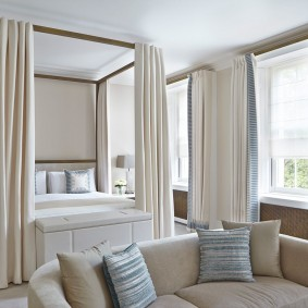 Зонирование спальни-гостиной потолочными шторами