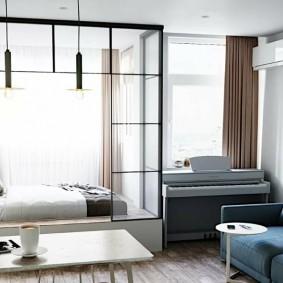 Интерьер спальни гостиной с двумя окнами на одной стене