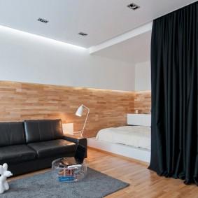 Черная штора в тон обивки кожаного дивана