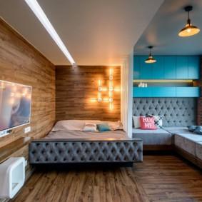 Освещение небольшой комнаты с диваном вдоль окна