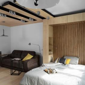 Декор потолка в зоне отдыха гостиной