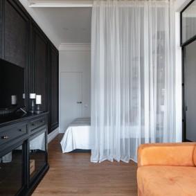 Белый тюль над кроватью в гостиной