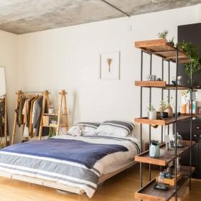 Сквозной стеллаж с комнатными растениями
