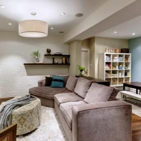 Квадратная комната с удобным диваном
