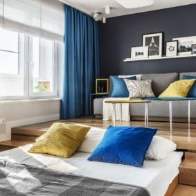 Синие шторы в комнате с кроватью