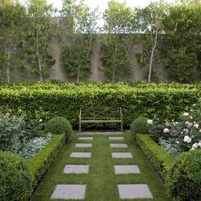 Квадратная плитка на фоне зеленой травы