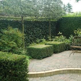 Кованный столик на площадке для отдыха в саду