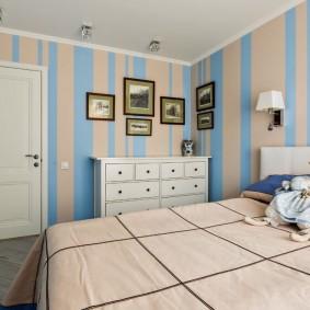 Голубые полосы на обоях в спальной комнате