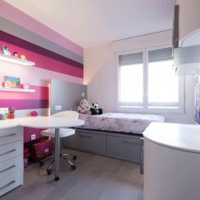 Расширение комнаты полосатыми обоями