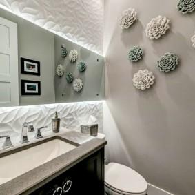 Большое зеркало в маленькой ванной