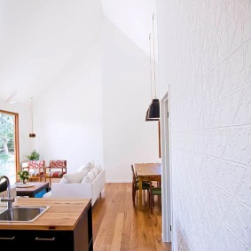 Белые обои для увеличения пространства комнаты