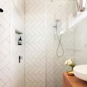 Светлая плитка на стене в ванной