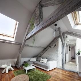 Деревянные стропила на потолке комнаты