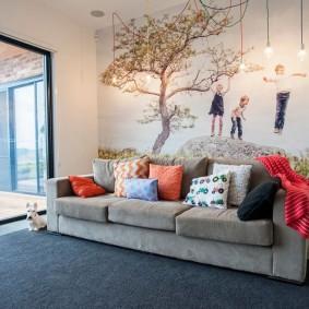 Раскладной диван в пустынной гостиной