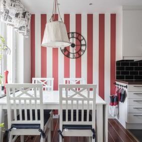 Зонирование кухни полосатой отделкой стен