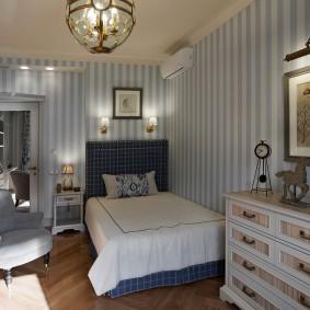 Уютная комната с узкой кроватью